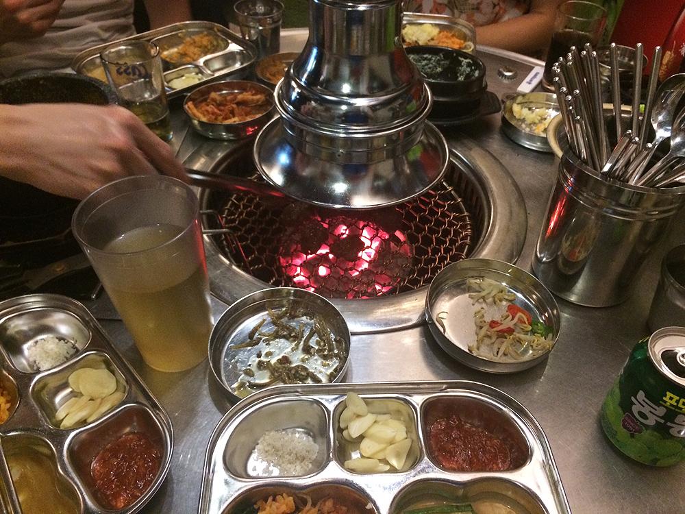 Reich gedeckter Tisch beim Koreaner